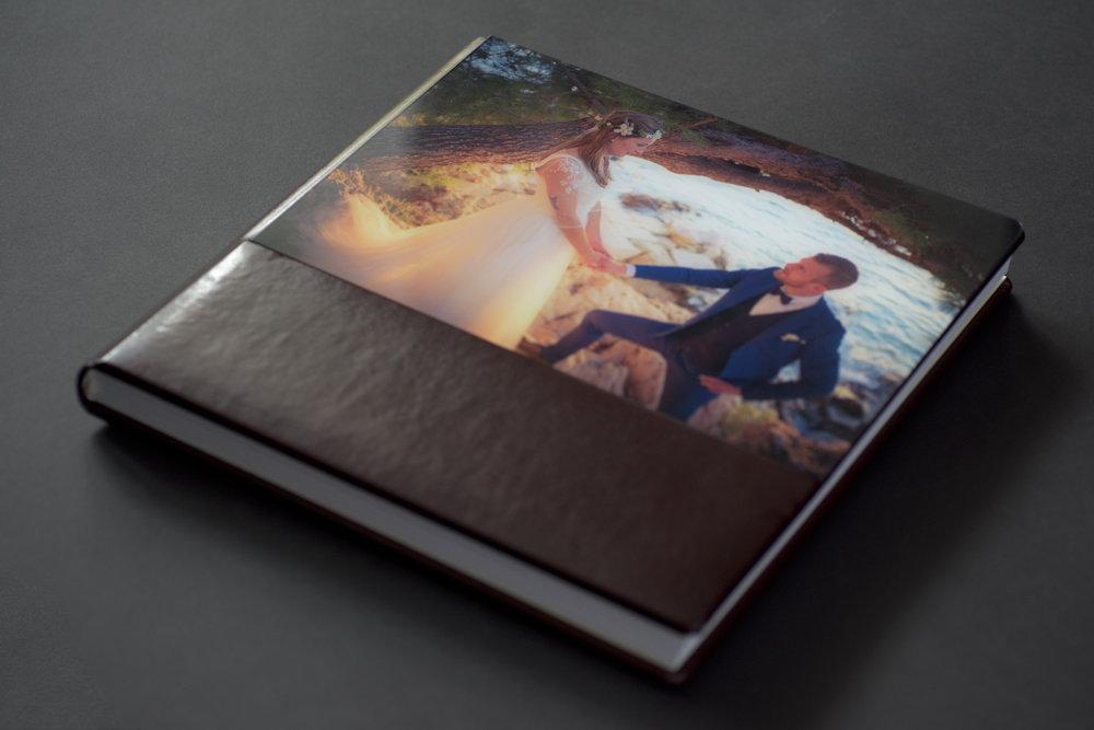 Fotóalbum - Párnázott bőr borítású elő és hátlappal 30x30 cm-es méretben.Borítókép plexi fedésű, belső borítók színe ekrü20 oldalpár, 150 képet tartalmaz, lustre felületű oldalak, elválasztó lapok színe fehér, lekerekített sarkokkal.65.000.- forinttól + 10.000.- szerkesztési díj