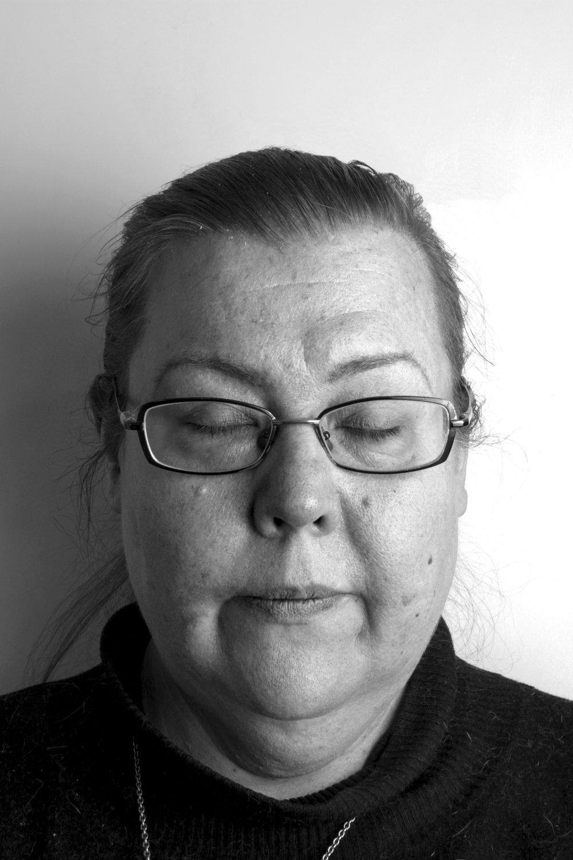 Ikä: 47-vuotta, Tulot: Työkyvyttömyyseläke 800€/kk, asumistuki 300€/kk, Koulutus: Ylioppilas erityispedagogiikan opintoja, Opiskelee Viita-akatemiassa kirjoittamista, Kissojen suojeluyhdistys Kisun aktiivinen jäsen