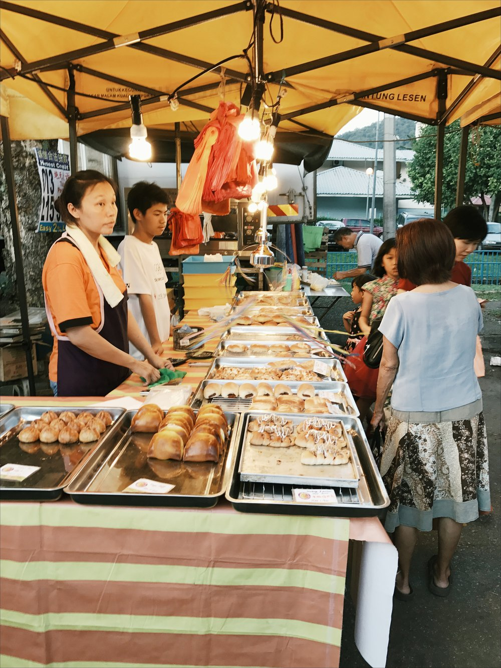 there's always a stall selling freshly baked buns in any night markets here. this one is no exception - everyone looked really tired though.