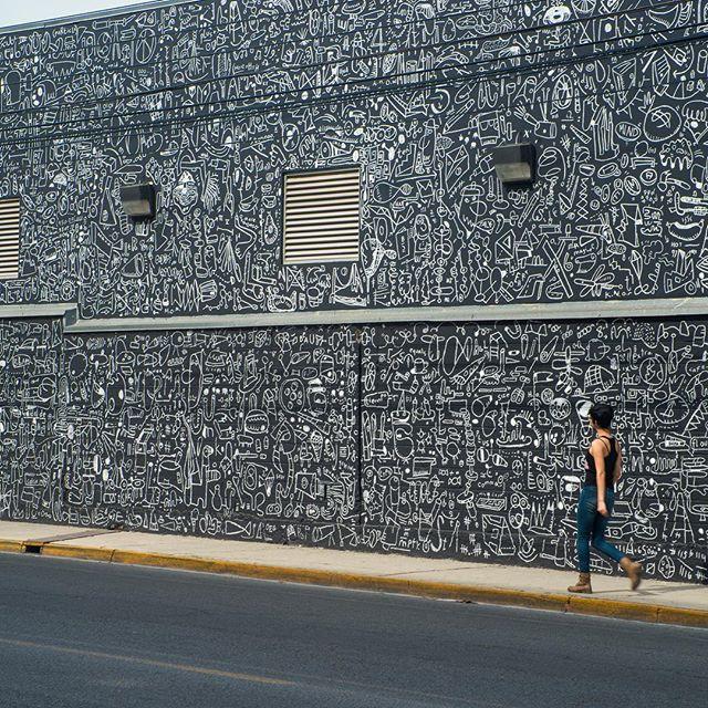 El mural recién terminado de @katiemerz ya llama la atención de los transeúntes. ¿Tú ya lo viste en persona?