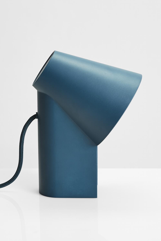 17/05/2017 - WOUDStudy est une lampe de bureau imaginée...