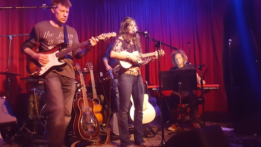 From left to right: Kevin Glaz (guitars), Essence, and Danny Eisenberg (keys) at Hotel Cafe. Photo by Jessica Klausing.