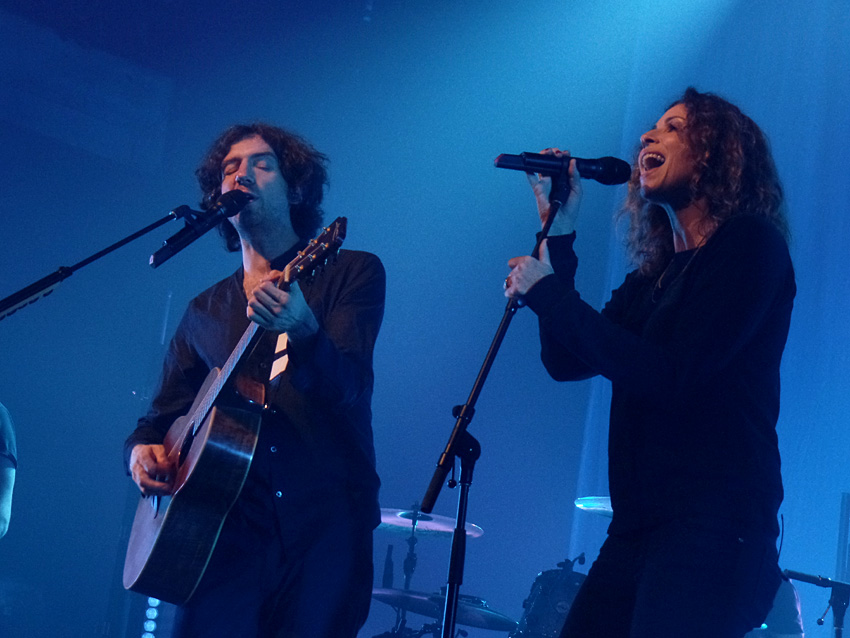 Gary Lightbody and Minnie Driver perform photo by @U2Soul/Flickr.