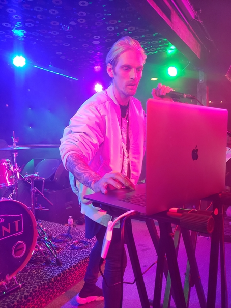 Aaron Carter prepares for the next song. Photo by Jessica Klausing.