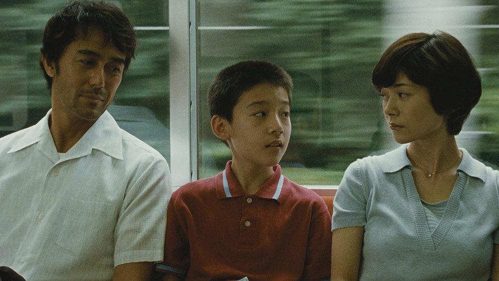 Shinoda Ryôta (Hiroshi Abe), Shiraishi Shingo (TaiyôYoshizawa), and Shiraishi Kyôko (Yôko Maki) in Hirokazu Koreeda's After the Storm.