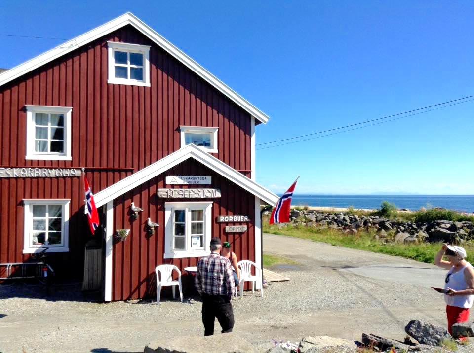 Å i Lofoten, overnatting i rorbu. Bilde av resepsjonen hos Å Feskarbrygga.