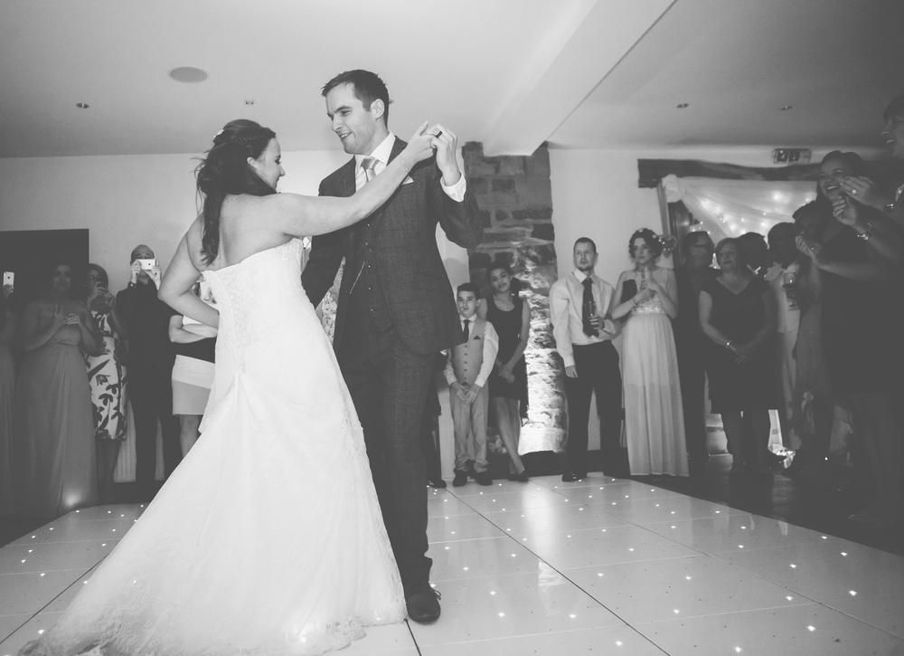 The bride and grooms first dance.- Documentary wedding photographer.