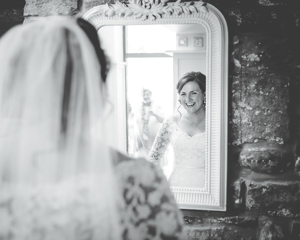 The bride in the mirror, Creative wedding photographer, Relaxed wedding photographer.