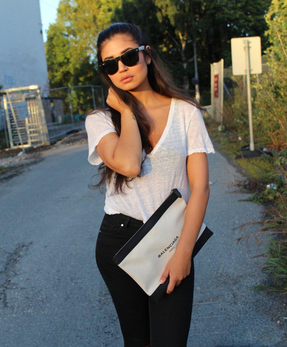 Clutch/ Balenciaga  Tshirt/ GinaTricot   Jeans/ Bikbok    Sandals/ Birkenstock    Sunglasses/ Raban  Bra/ Hankypanky   Earrings/ MarcJacobs
