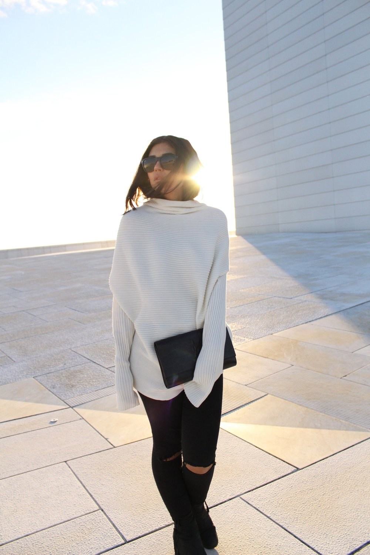 Sweater/ DesignersRemix    Clutch/ SaintLaurent    Boots/ Sixtyseven    Jeans/   Bikbok    Sunglasses/ Rayban