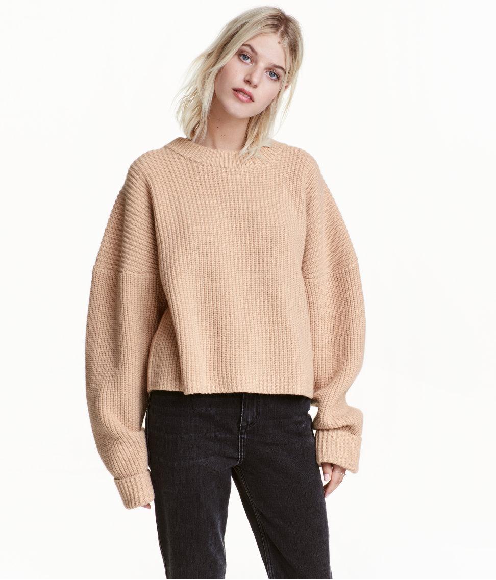 Kort og grovstrikket genser i ull og kasjmir. Ribbstrikket med store og lange puffete ermer til 499,-   her