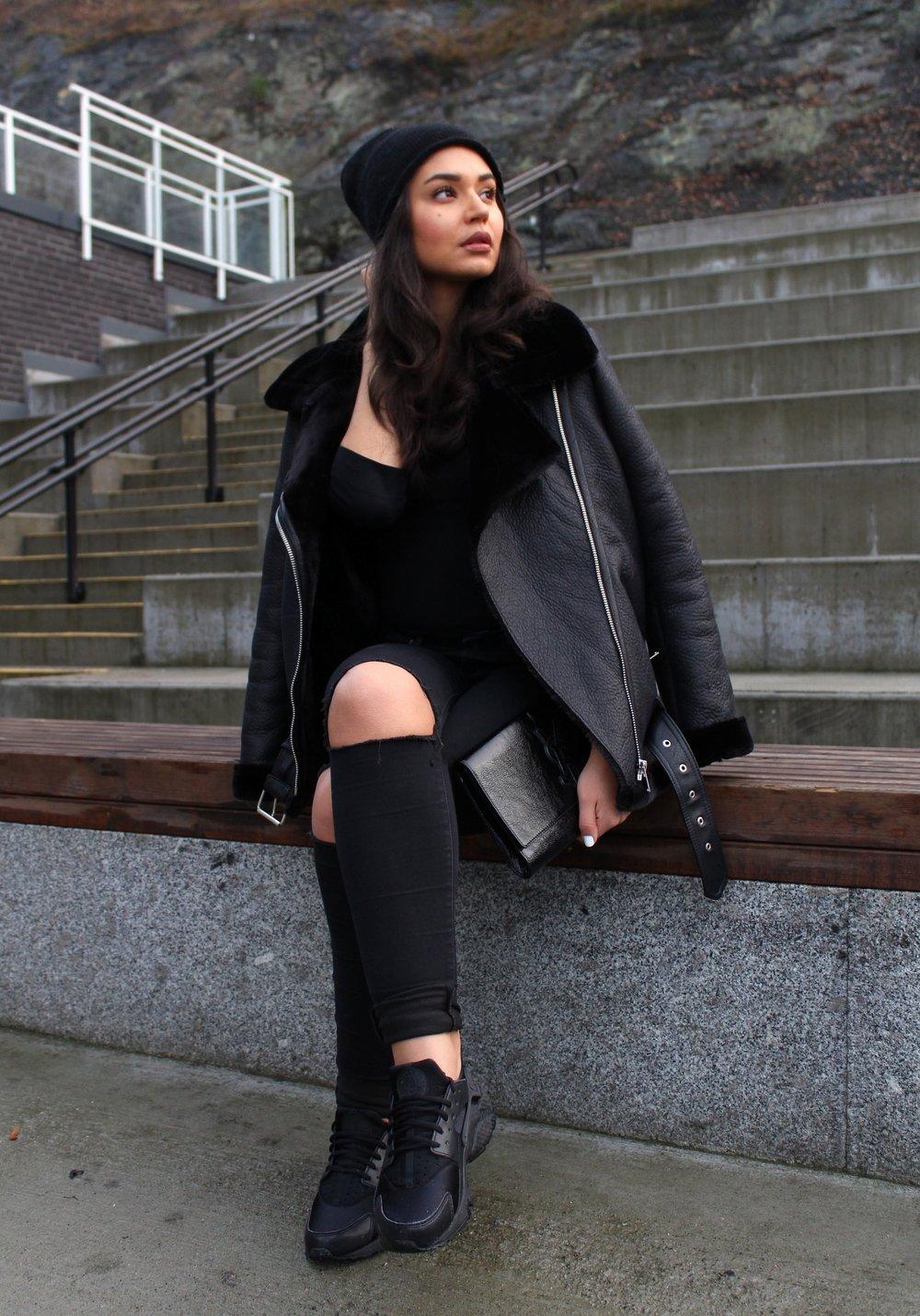 Jacket/ Zara      Sweater/   Hm   Jeans/  Bikbok    Sneakers/   Nike    Beanie/ FWSS    Clutch/   SaintLaurent