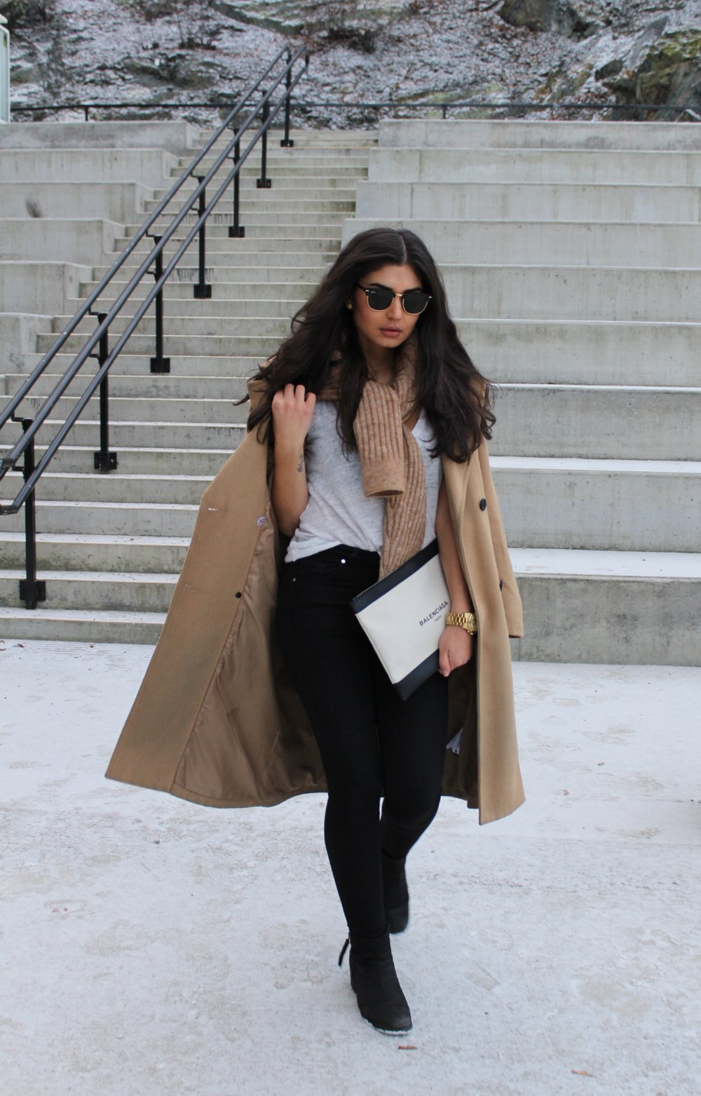 Coat/   Vila       Sweater/ Hm      Jeans/   Dr.Denim       Top/ GinaTricot    Shoes/ SixtySeven    Sunglasses/   Rayban     Clutch/   Balenciaga       Watch/ MichaelKors