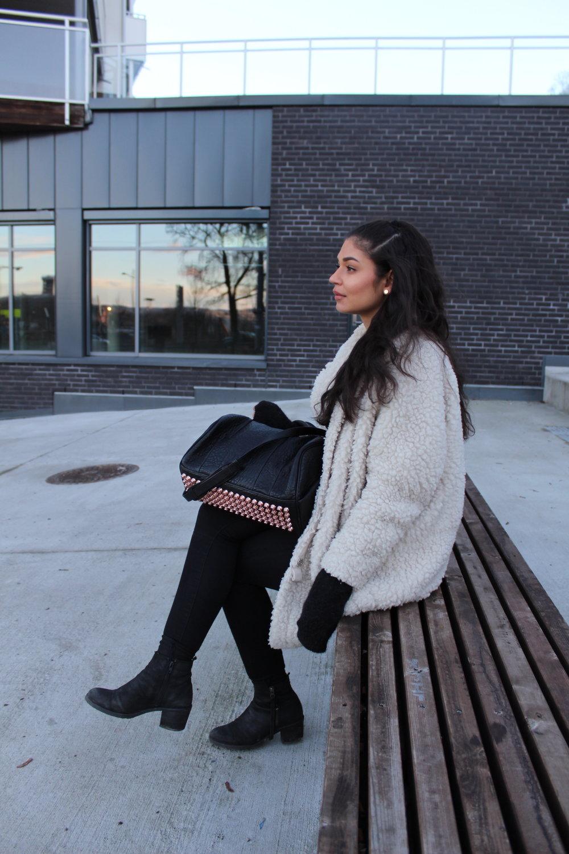 Handbag/ AlexanderWang    Coat/   Arniesays    Sweater/   H&M      Jeans/   Bikbok    Necklace/   Bjørg     Shoes/ SixtySeven