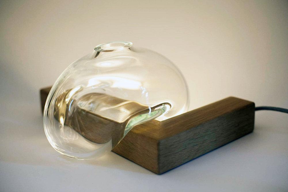 Versão A - vidro soprado assente no lado da peça geométrica