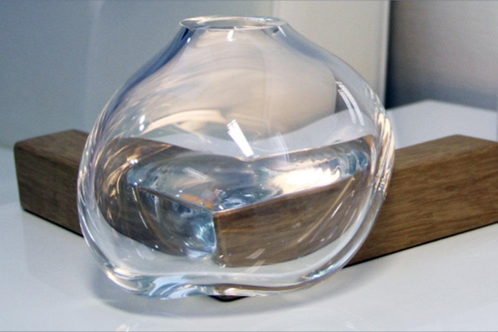 Versão B - vidro soprado assente no canto da peça geométrica