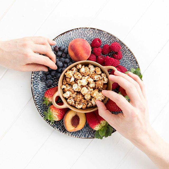 Because every fruit platter should contain a bowl of Nina's popcorn... especially when it's free from all the bad stuff and loaded with natural nutritious ingredients! #fruitplatter #natural #popcorn #ninaspopcorn #popcorn🍿 #fruity