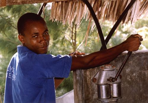 Chumbe-Island-Tanzania-Pumping_rainwater_Heinz_Heile-500w.jpg