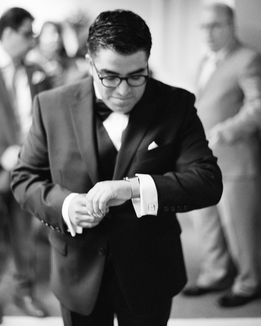 04_Wedding-groom-iphonewatch.jpg