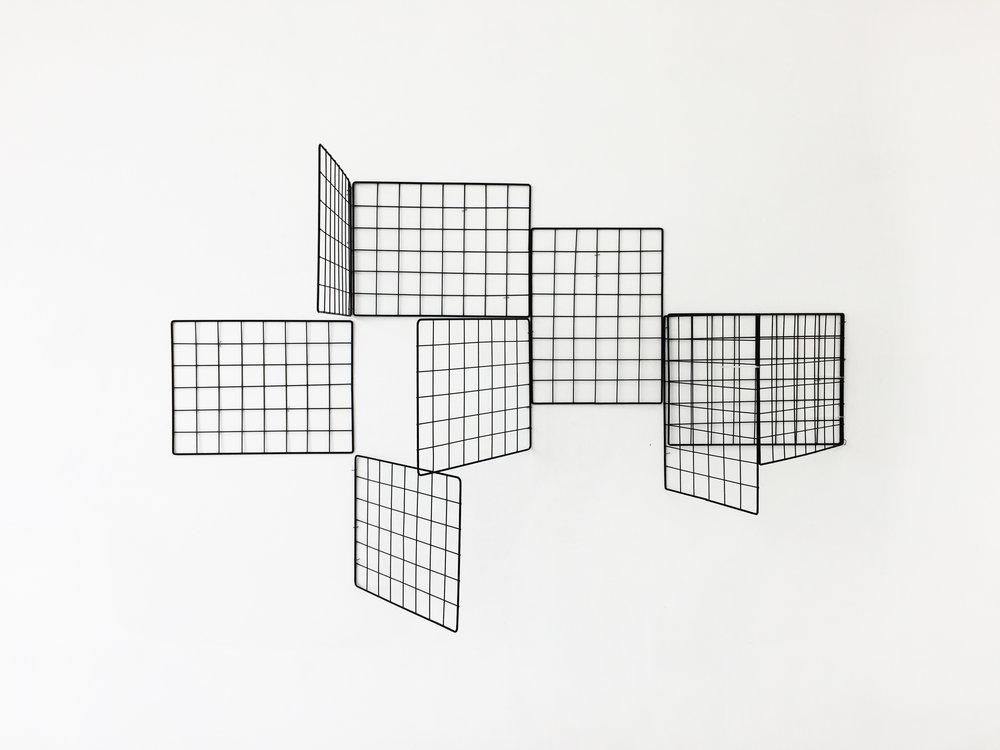 Mano Penalva, sem título, Série: Em Pauta, Expositores aramados, 90 x 120 30 cm