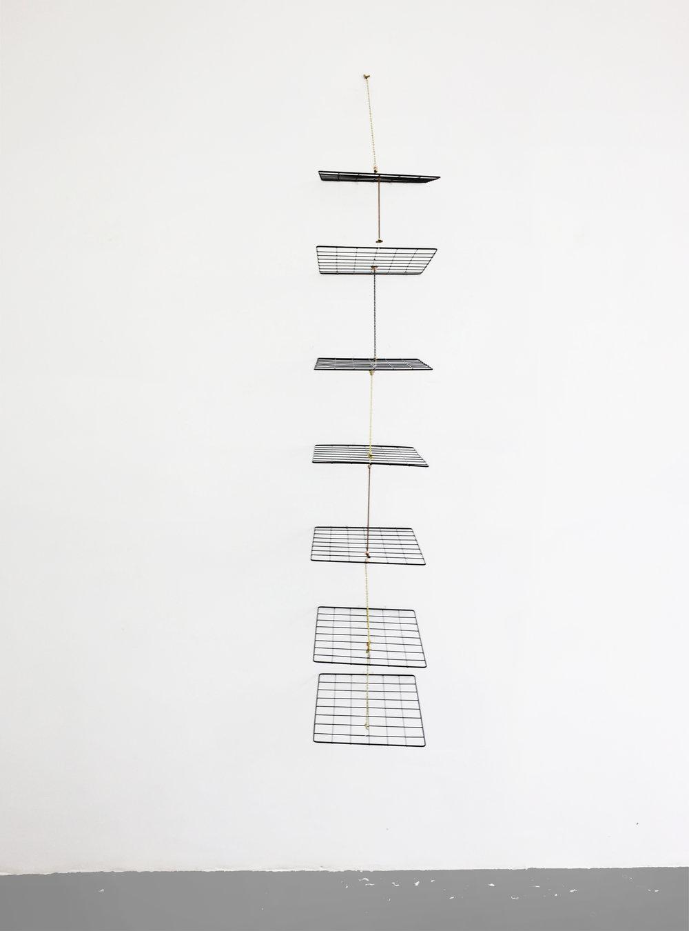 Mano Penalva, sem título, Série: Em Pauta, Expositores aramados,200 x 30 x 40 cm