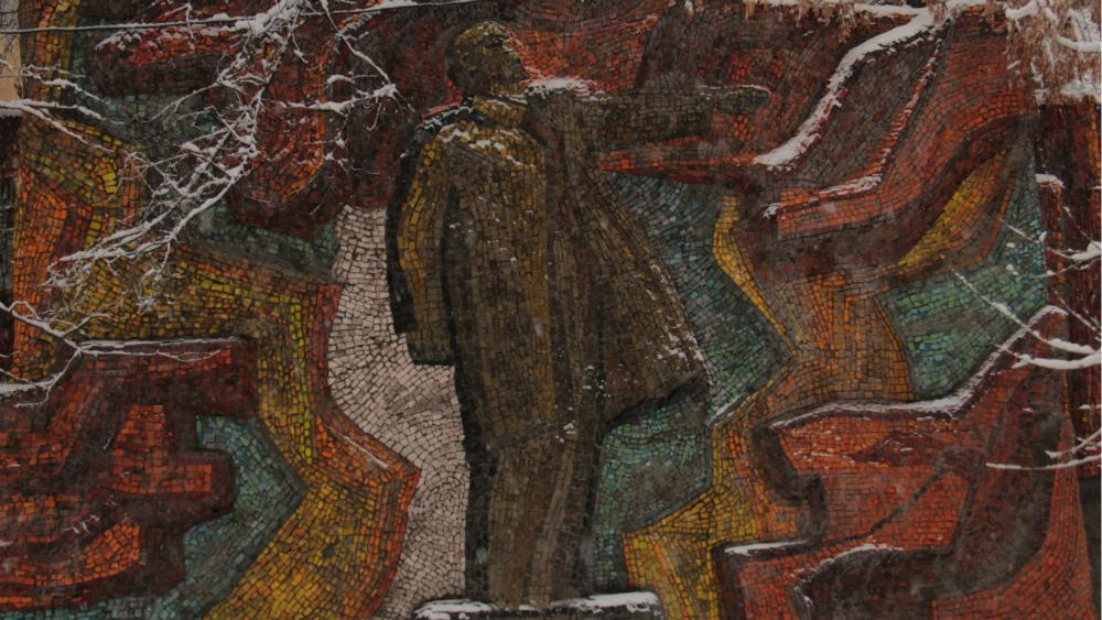 'Lenin' is located on Molodaia Gvardia blvd., its author is Lidiia Ilyina.