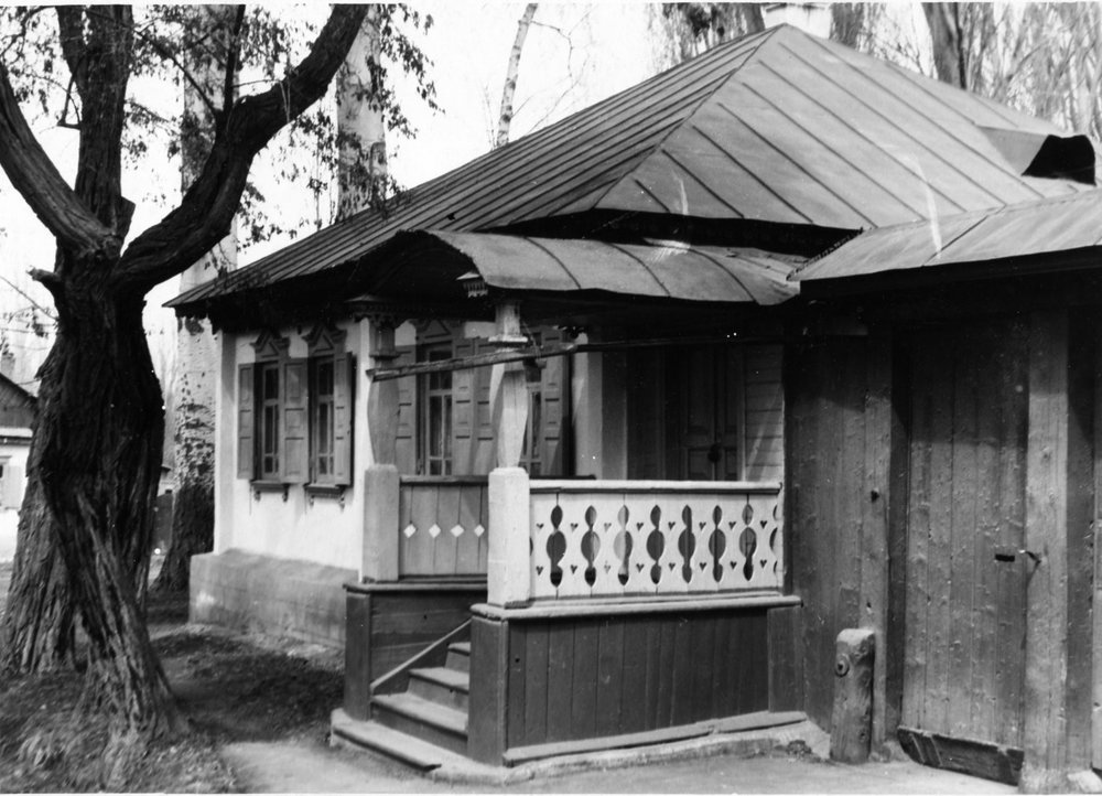 - In the early 1870s, Karakol resembled a small Russian village. There were only 80 houses and 52 shops, including barracks built of spruce logs cut down in the Karakol gorge.In 1872, the order was given to build houses only from raw brick made from clay mixed with saman.In 1881there were six quarters in the city. But years later, in 1887, during the Vernensky earthquake, many houses made out of mud brick were ruined. Therefore, in the following years, wooden houses with decorated porches and cornices started being built again.