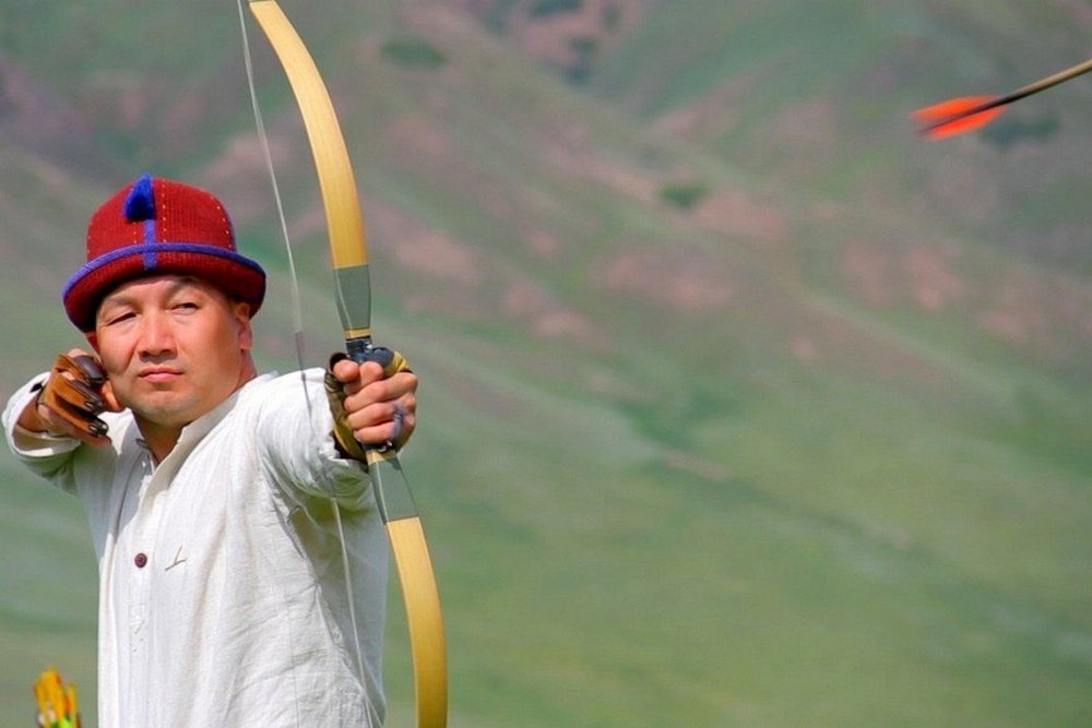 - Athletes shoot arrows from different positions: 'tikesinen atuu' — a classic position facing a target, 'kairylyp atu' — turning from a classic position, 'tizelep atuu' — standing on one knee facing a target. The target is at a distance of 30-40 meters.