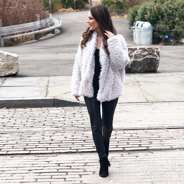 Lately, this has been my go-to weekend outfit. There's something about leather leggings that creates such an effortless chic look. 💁🏽‍♀️ Check out this week's blog post for 4 easy ways to style leather leggings and why you NEED a pair! 😉 Link in bio.  #budgetblog #budgetstyle #budgetblogger #budgetshopper #budgetfriendly #brooklynblogger #nycblog #nycblogger #frugalblog #frugalista #frugalfinds #frugalblogger #maxxanista #stylesavings #pennypincher