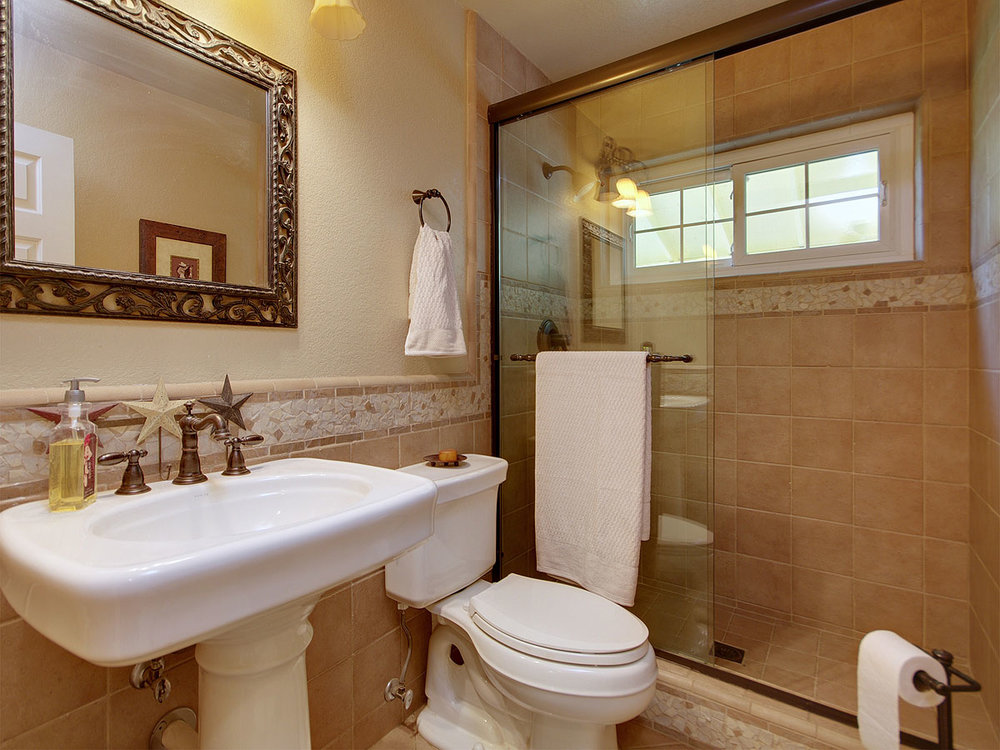 5735_OldFrenchTownRoad_Int_Bathroom1_01.jpg