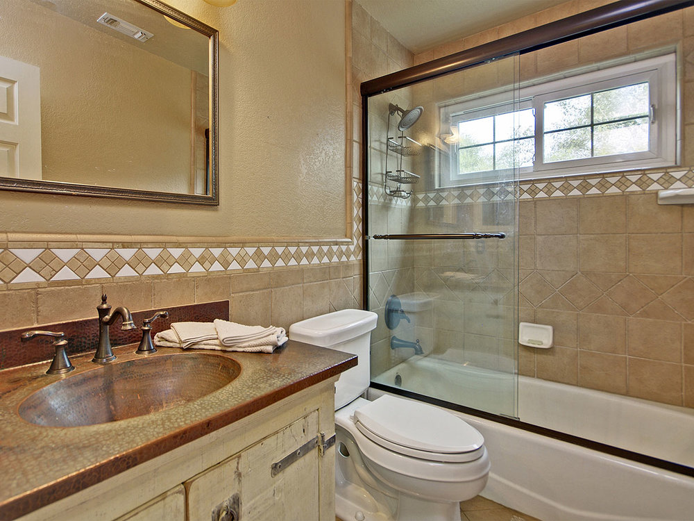 5735_OldFrenchTownRoad_Int_Bathroom2_01.jpg
