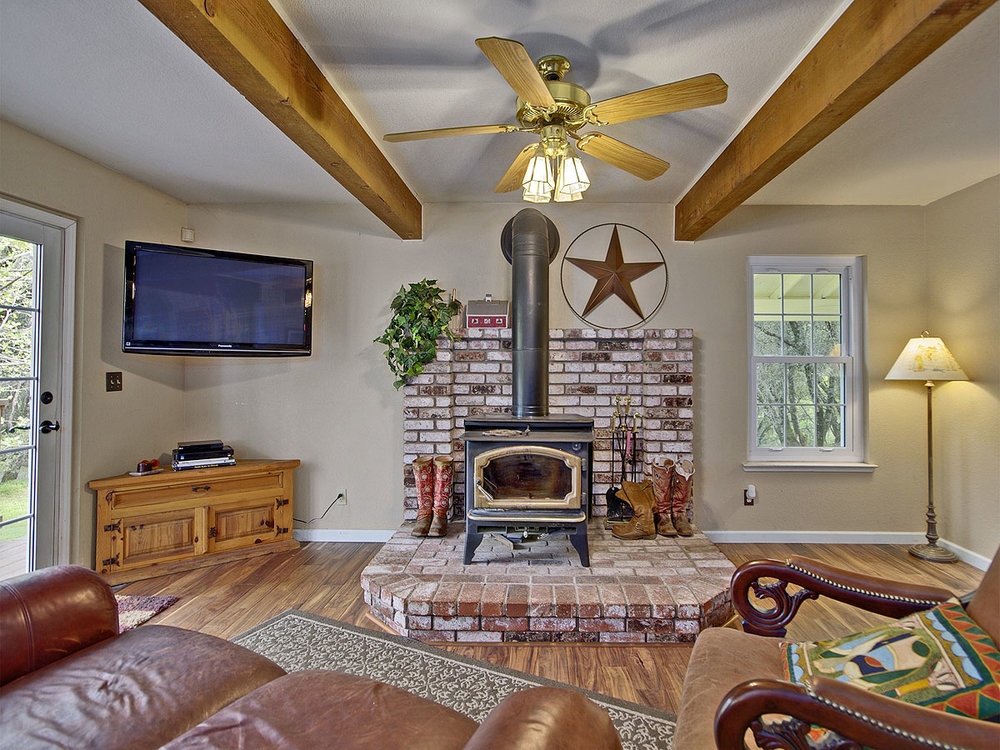 5735_OldFrenchTownRoad_Int_FamilyRoom_01.jpg