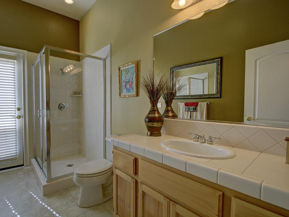 4082_PlateauCir_Int_Bathroom1_01.jpg