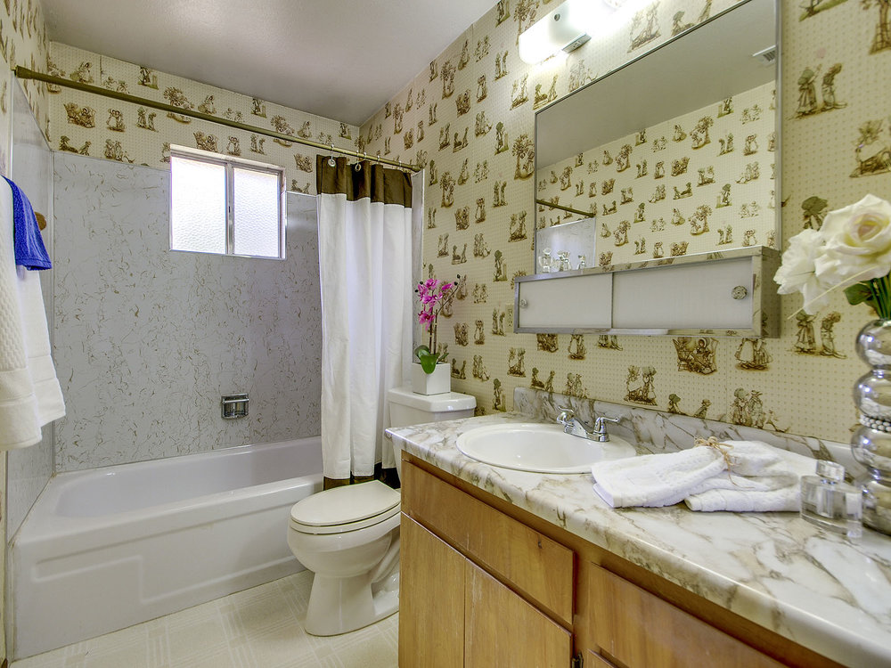 6796_LindbergAvenue_Int_Bathroom1_01.jpg