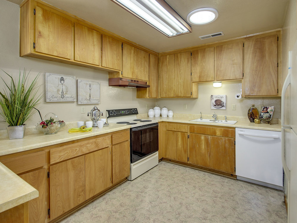 6796_LindbergAvenue_Int_Kitchen_01.jpg