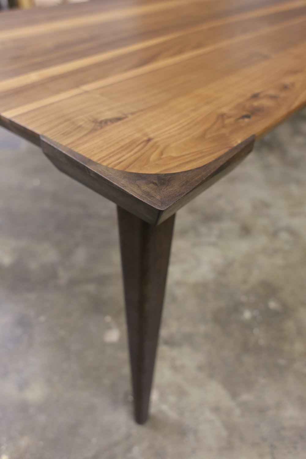Walnut dining table - Corner detail