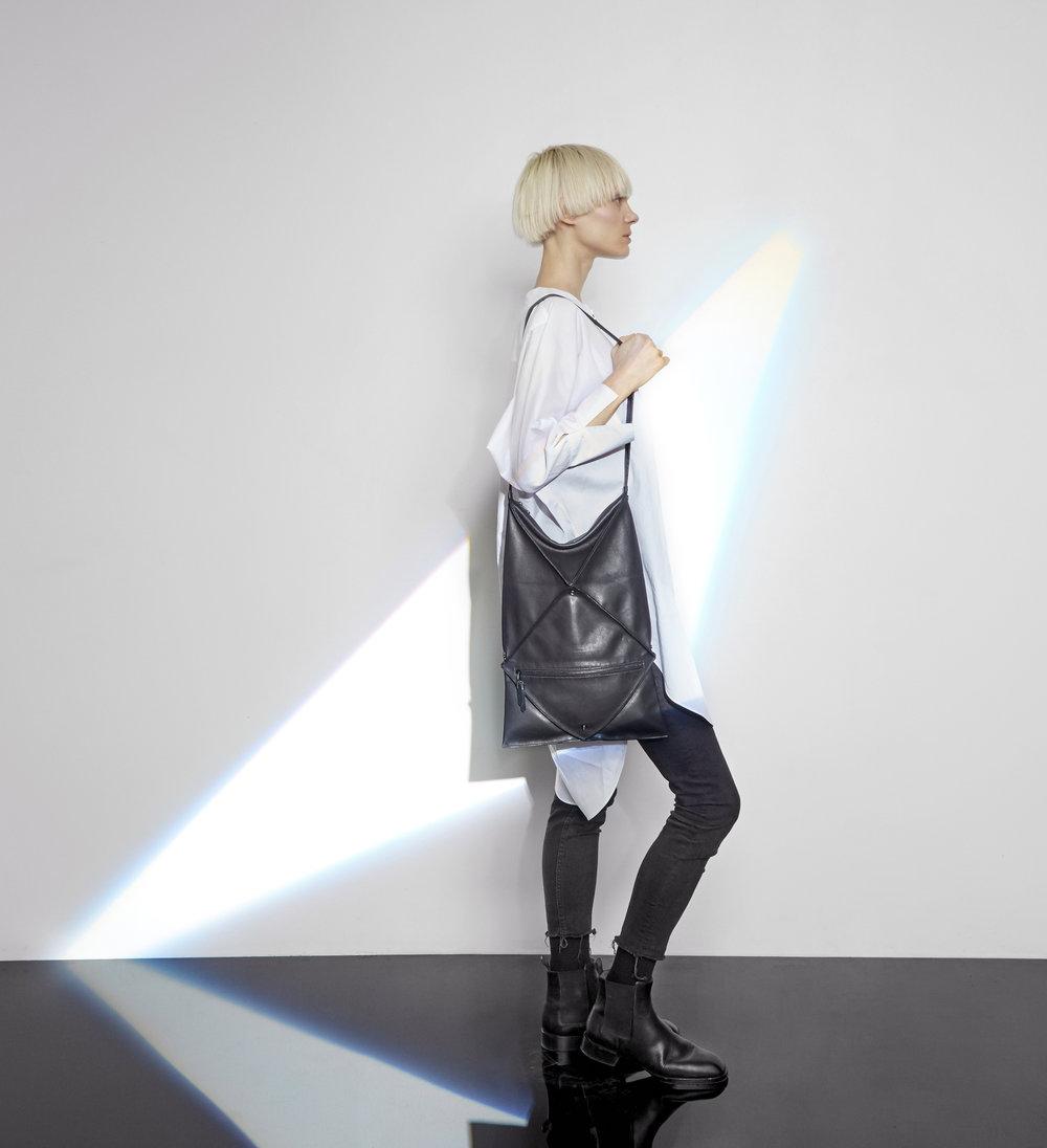 Hana shoulder bag in black - Large size