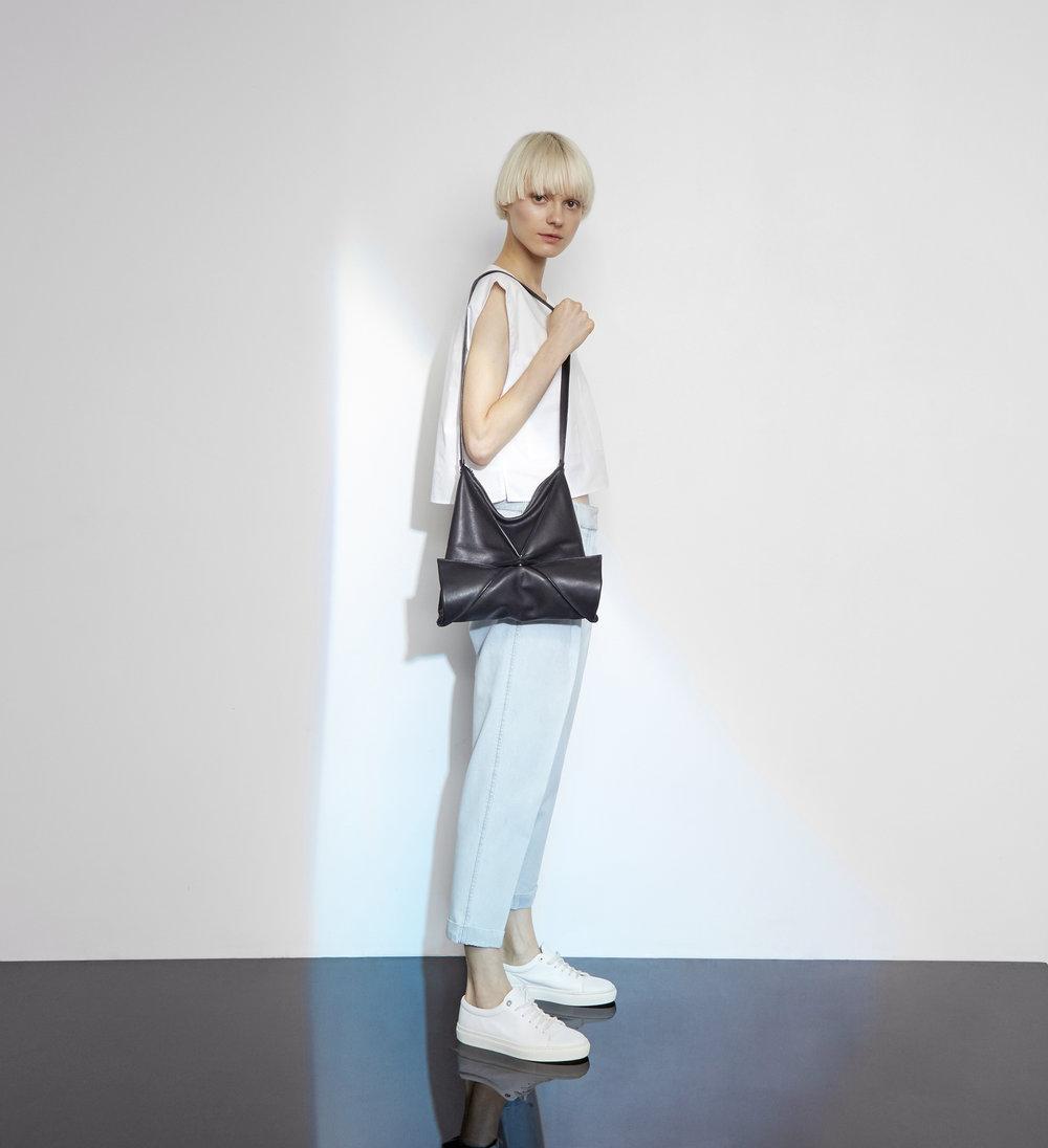 Hana shoulder bag in black - Medium size