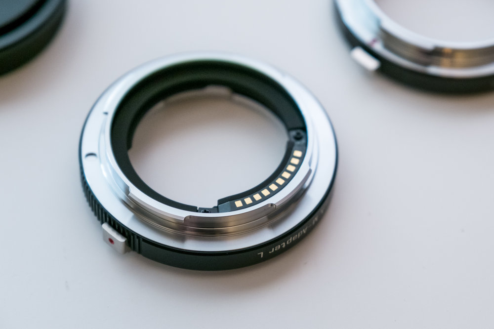 Electrical contacts on the Leica adapter