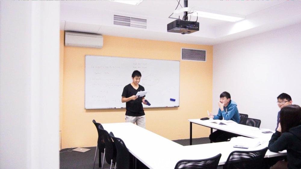 领先的教学科技技术 - 我们专有的在线学习平台HSC101拥有数千个学习视频。 学生一般上课前使用HSC101预习内容,但学生也可以使用HSC101复习可能已忘记的任何内容。 我们的全智能网络题库为学生提供无穷的练习,可以自动分级,以确保及时反馈,并掌握基本知识点。