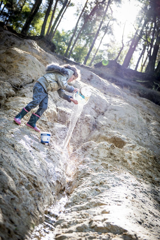 Kinderen spelen in het bos in de modder. Daily life familiereportage. Ongedwongen familie documentaire door Ellis Photography