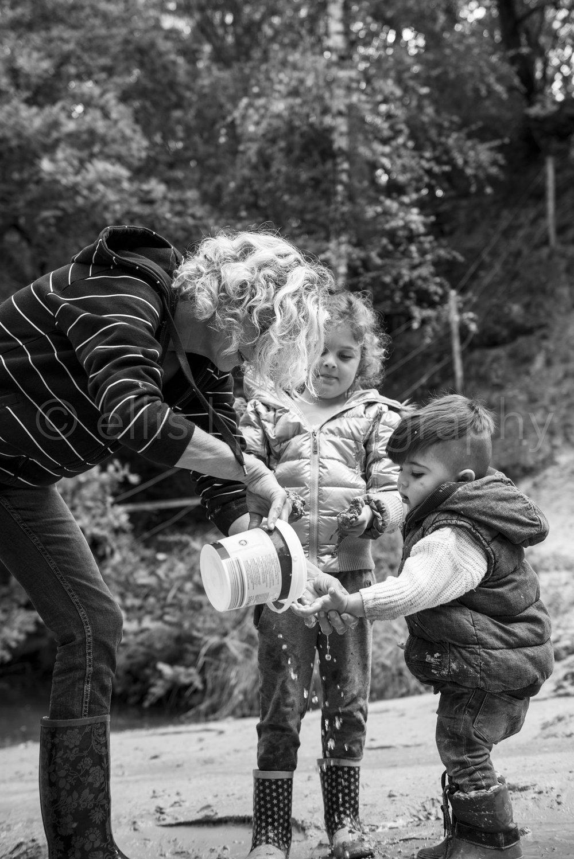 Oma met kleinkinderen aan het spelen in het bos. Ongedwongen familie documentaire. Familie shoot gewoon zoals het is.