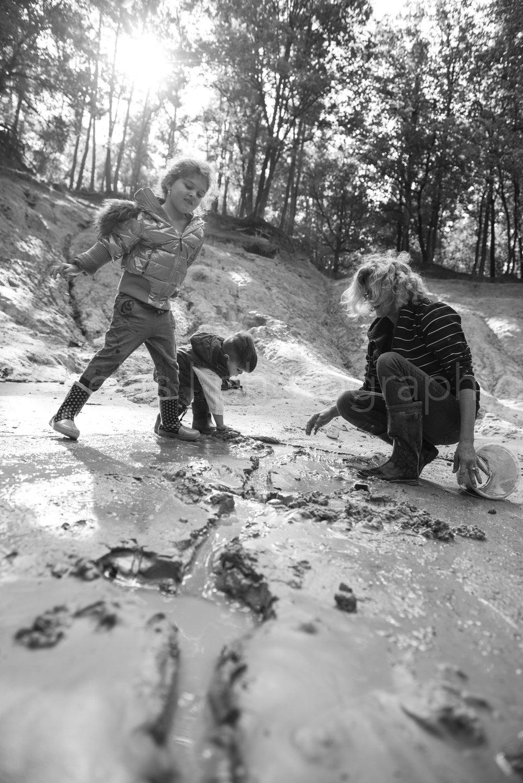 Kids and grandma playing with water and mud in the woods. Daily life family photography. Kinderen zijn samen met oma in het bos met water en modder aan het spelen. Ellis Photography