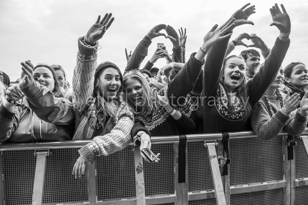 Fans of Aurora on the festival of Træna. Enthousiastic festival lovers. Concert photographer Ellis Peeters