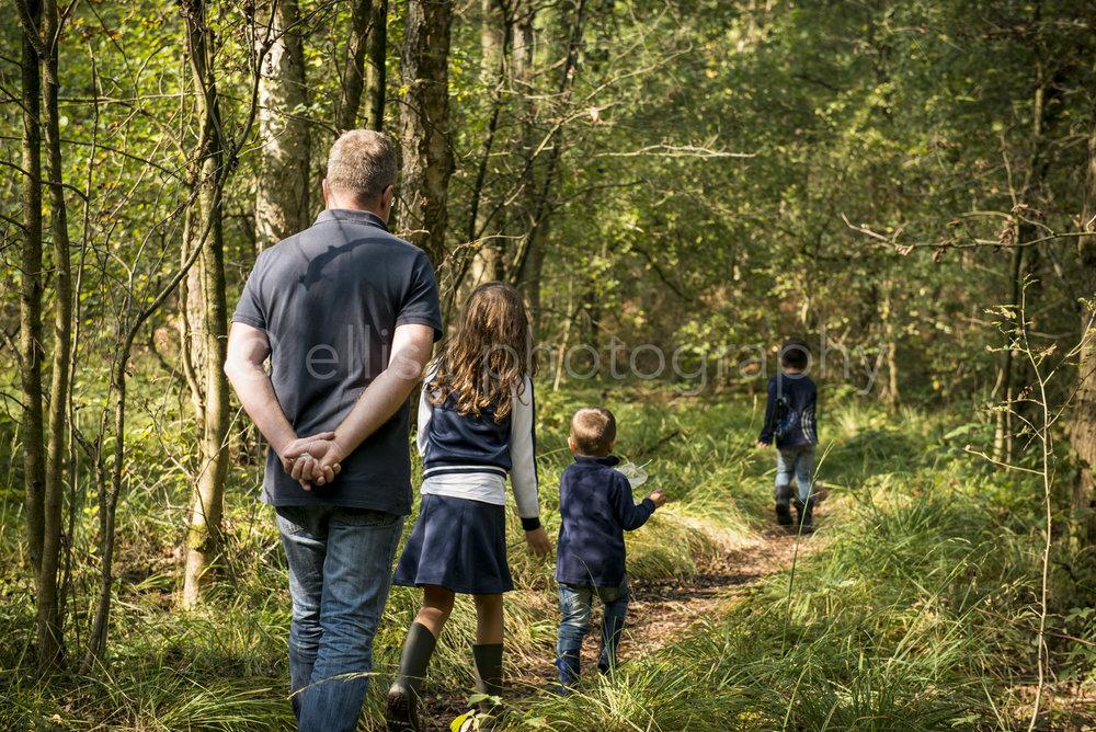 Opa is met zijn kleinkinderen aan het wandelen in het bos. Onderdeel van de serie day in the life familiefotografie, gemaakt door Ellis Peeters Photography.