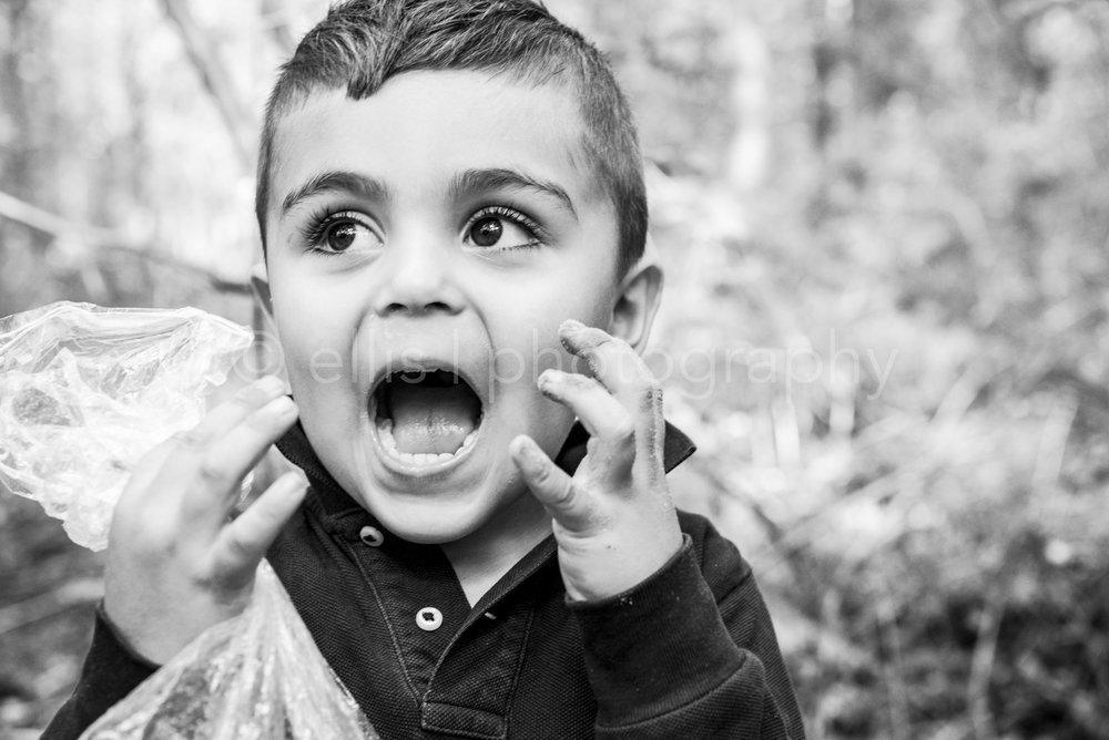 Zwart wit portret van een jongen tijdens een day in the life familiefotografie. Kinderfotograaf Ellis Peeters Photography.