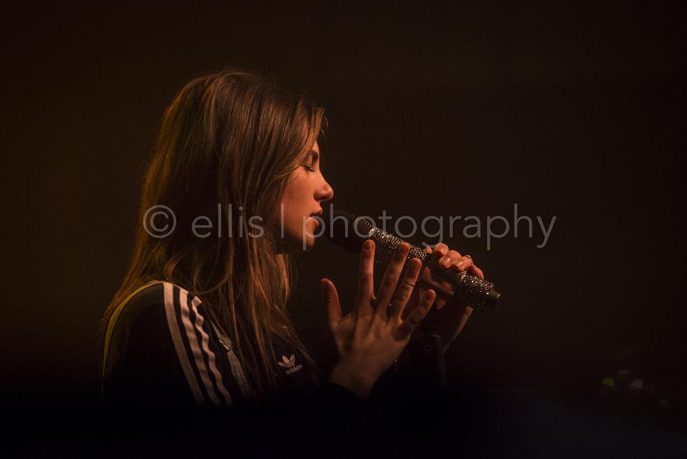 Uitverkocht concert van Maan bij Gigant in Apeldoorn. Concertfotograaf Ellis Peeters Photography. Portret van de zijkant. Portretfotografie.