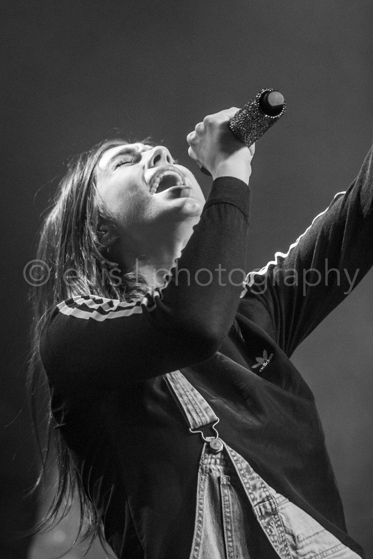 Portret van Maan tijdens haar optreden bij Gigant in Apeldoorn. Passie en zwart wit foto door Ellis Photography.