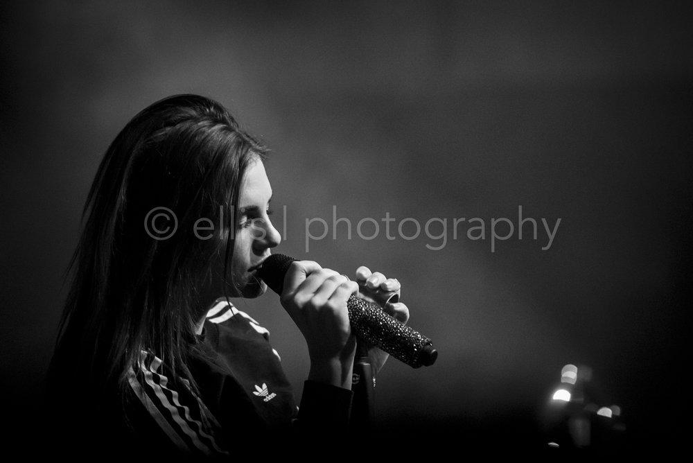Zwart wit portret van Maan tijdens haar uitverkochte concert bij Gigant Apeldoorn. Foto genomen door Ellis Peeters Photography.