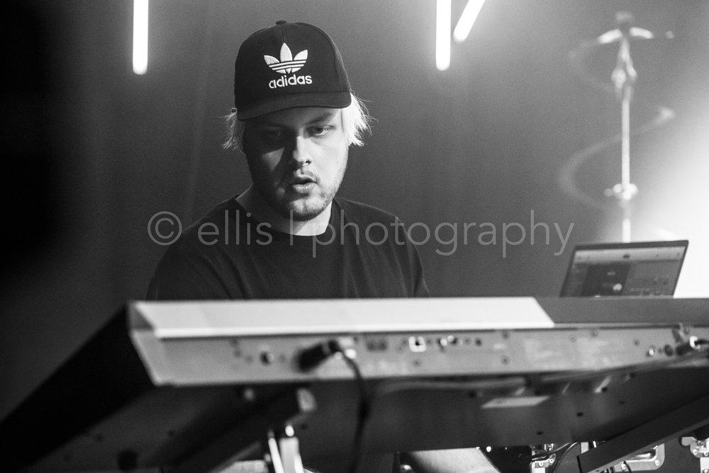 Pianist met een Adidas petje op,van Maan tijdens het concert bij Gigant Apeldoorn. Adidas petjes